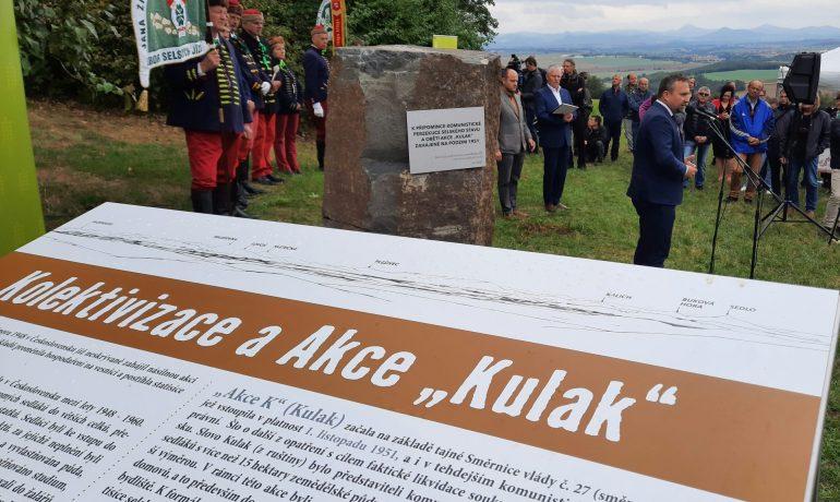 Památník obětem komunistické akce Kulak pod Řípem. Při odhalení promluvil i Marian Jurečka. (FORUM24/Michal Závada)