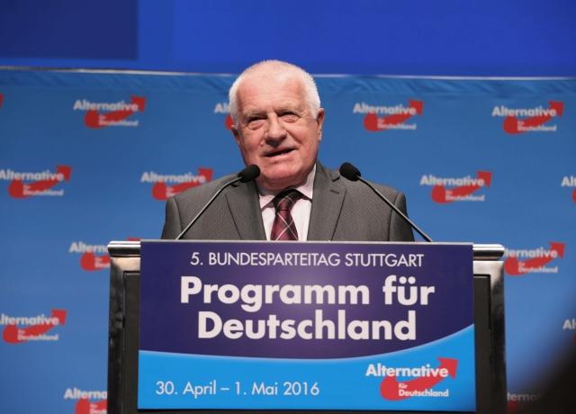 K českým přátelům proruské Alternativy pro Německo patří i Václav Klaus, který roku 2016 řečnil na jejím sjezdu (ČTK/imago stock&people)