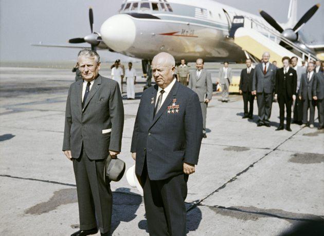 Prolhaný sovětský vůdce Chruščov na inspekci u Antonína Novotného v československé gubernii (Praha, 27. 8. 1964) (ČTK)