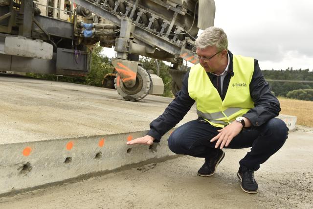Ministr dopravy Karel Havlíček (ANO) na opravovaném úseku dálnice D1 (ČTK/Šálek Václav)
