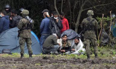 Polské bezpečností síly brání na hranicích s Běloruskem vstupu nelegálním migrantům (Usnarz Górny, 1. 9. 2021) (ČTK/AP/Czarek Sokolowski)