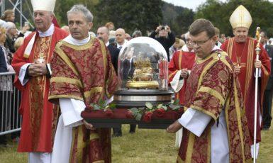 Na Tetíně byla během národní pouti vystavena lebka sv. Ludmily (18. září 2021) (ČTK/Říhová Michaela)