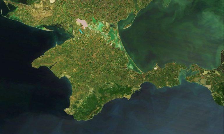 Satelitní snímek Krymského poloostrova (NASA (wikimedia commons))