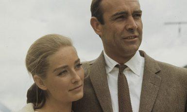 Sean Connery jako Bond (s kolegyní Taniou Mallet) při natáčení filmu Goldfinger v roce 1964. (commons.wikimedia.org/CC BY-SA 4.0)