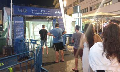 Noční očkování na náměstí Dizengoff v Tel avivu. (Keren Beinish, se svolením autorky.)