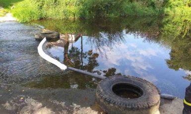 V řece Chrudimce uhynuly desítky ryb, zasahovali hasiči (HZS Pardubického kraje)