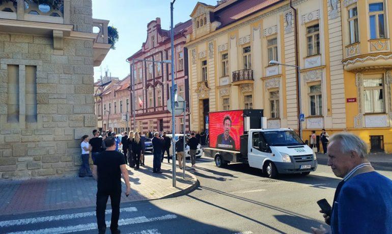 Incident při příjezdu Andreje Babiše před volební místnost v Lovosicích (Andrea Wolfová, se svolením autora)