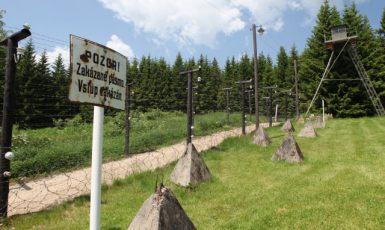 Replika neprostupné státní hranice s ostnatými dráty mezi Československem a Německem. Ilustrační foto (ČTK/Fotobanka ČTK/Odehnalová Martina)