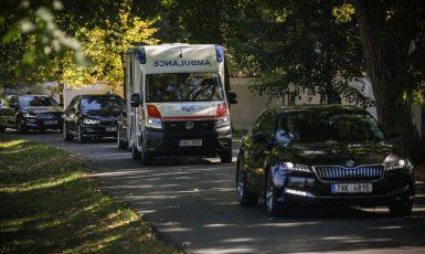 Ambulance vyjíždějící ze Zámku Lány (Zdroj: Gabriel Kuchta, Deník N)