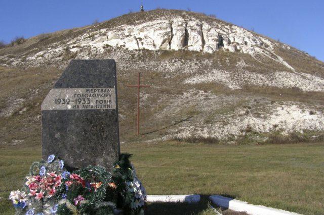 Památník obětí hladomoru (1932–1933) v Novoajdaru v ukrajinské Luhanské oblasti (Wikimedia Commons/ Qypchak)