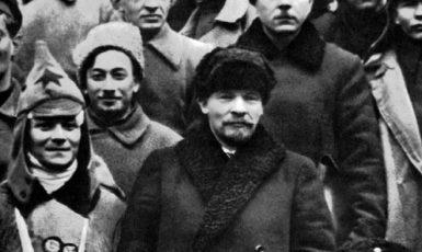 Lenin a Vorošilov mezi delegáty X. sjezdu bolševické strany RCP(b), kteří se účastnili potlačení kronštadtského povstání (březen 1921, Moskva). (wikimedia.commons.org/Public Domain)